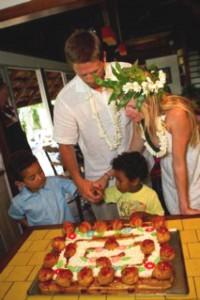 mariés coupent le gâteau
